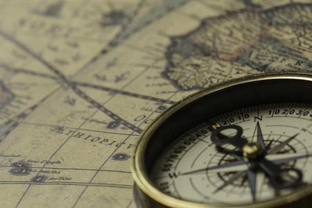 Concept van reizen en ontdekkingen met oude kaart en kompas daarop Stockfoto
