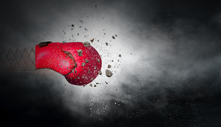 暗い空の背景に春のボクシンググローブ。混合メディア 写真素材 - 94068640