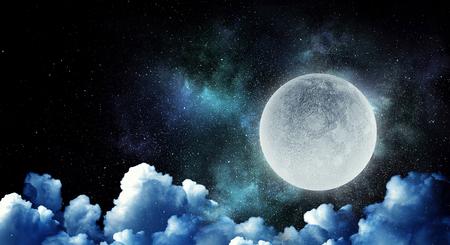 雲と暗い空の上の満月