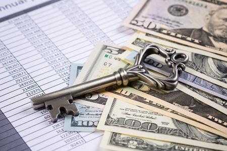 많은 달러 지폐와 오래된 열쇠