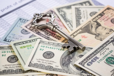 많은 달러 지폐와 오래된 열쇠 스톡 콘텐츠 - 94441450