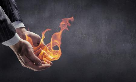 그의 손에 타는 불 스톡 콘텐츠