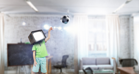 Kid boy com monitor de televisão para a cabeça dele. Meios mistos Foto de archivo - 94469199