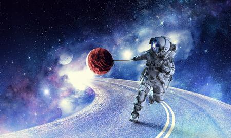Astronauta nello spazio cosmico tirando il pianeta sulla corda. Archivio Fotografico