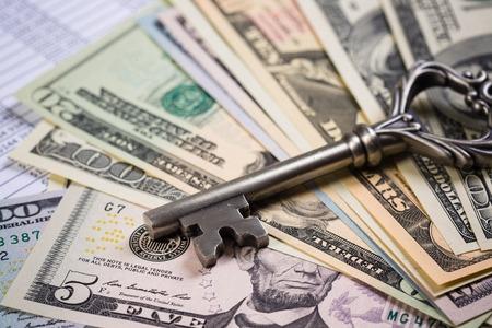 많은 달러 지폐와 오래된 열쇠 스톡 콘텐츠 - 94459059