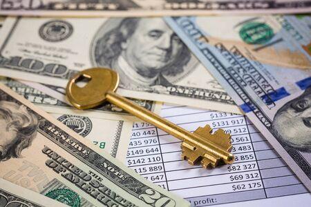 미국 달러 지폐 위에 황금 열쇠 스톡 콘텐츠 - 94455592