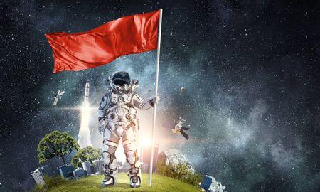 손에 플래그와 함께 우주 비행사 남자입니다. 혼합 매체