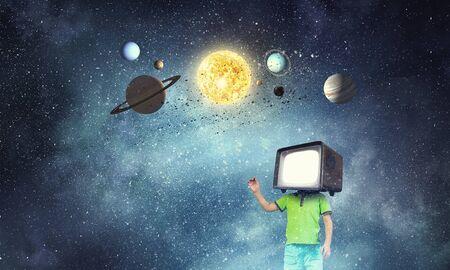 그의 머리에 대 한 TV 모니터 아이가 소년. 혼합 매체 스톡 콘텐츠 - 94984388