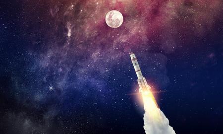 Volo del razzo nel cielo dello spazio stellato. Tecnica mista