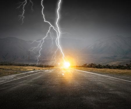 劇的な雷の背景