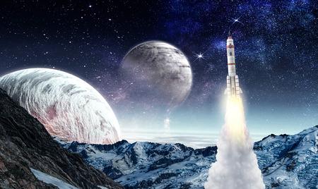 Rocket fliegen in Sternenhimmel Himmel . Gemischte Medien Standard-Bild - 98001109