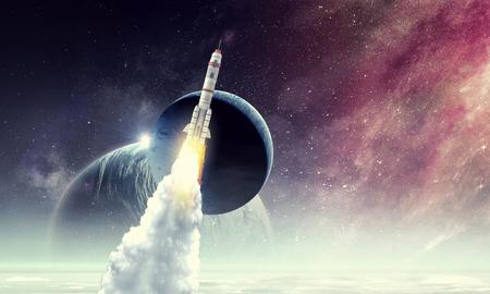 Rakete im Weltraum . Gemischte Medien Standard-Bild - 98839884