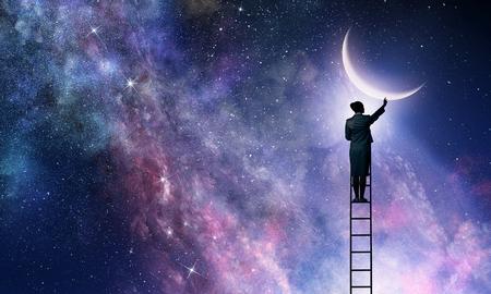 はしごの上に立ち、星空に達する女性。混合メディア