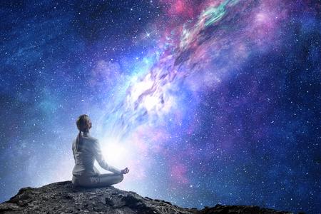 Yoga als fysieke en spirituele therapie. Gemengde media Stockfoto
