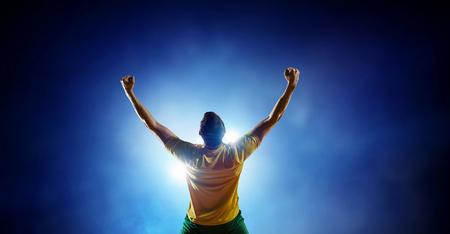 Giocatore di calcio allo stadio. Tecnica mista
