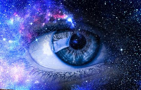 Fondo de fantasía estrellada del ojo humano y el espacio Foto de archivo