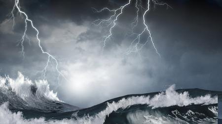 Donkere wolken en beukende oceaangolven tijdens storm Stockfoto