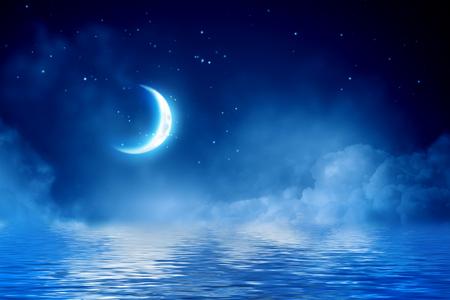 Media luna en cielo estrellado