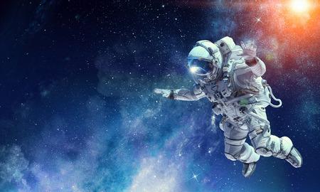 Astronauta na misji kosmicznej. Różne środki przekazu