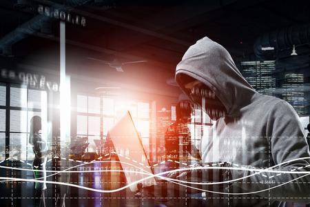 L'uomo hacker ruba informazioni