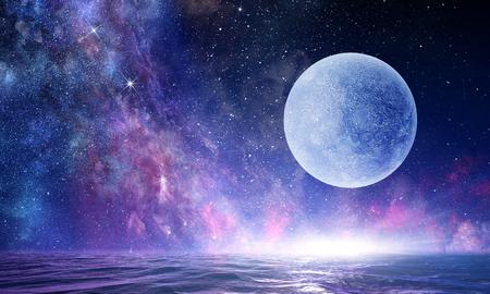 Pleine lune dans le ciel étoilé de la nuit