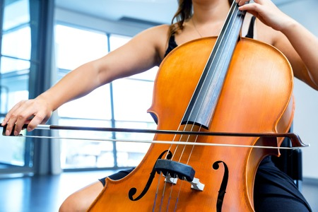 Young woman playing a cello Stockfoto