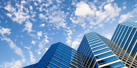 Blick von unten auf das blaue Gebäude aus Glas