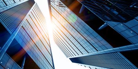 Widok z dołu szklanego niebieskiego budynku