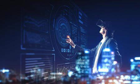 Uomo d'affari che ha esperienza di realtà virtuale. Tecnica mista Archivio Fotografico