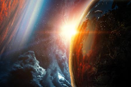 Abstrakte Planeten und Raumbeschaffenheit mit Sonnenaufgang und Wolken