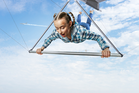 Young woman flying on hang glider. Mixed media 版權商用圖片 - 121615012