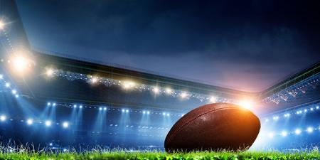 Arène de football de nuit vide dans les lumières
