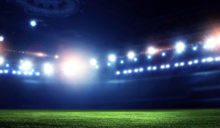 Leere Nachtfußballarena in Lichtern