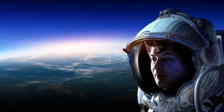 Astronauta nello spazio sull'orbita del pianeta. Archivio Fotografico