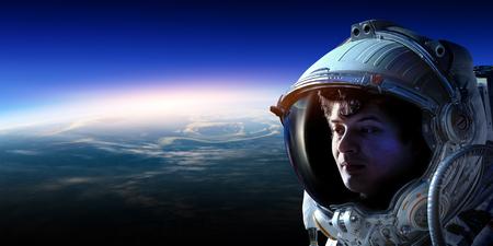 Astronauta w kosmosie na orbicie planety. Zdjęcie Seryjne