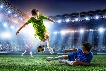Pequeños campeones de fútbol. Técnica mixta Foto de archivo