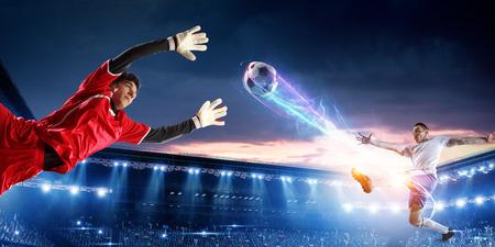 Fußballspieler im Stadion in Aktion. Gemischte Medien