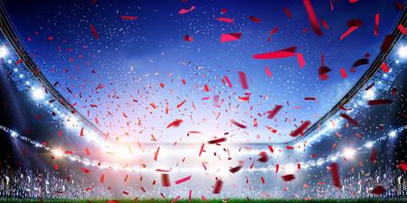 Tło stadionu piłkarskiego z latającym konfetti