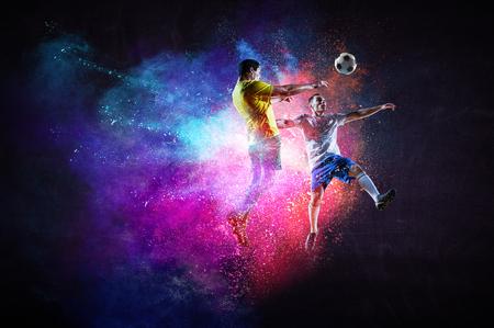 Jugadores de fútbol en acción. Técnica mixta Foto de archivo