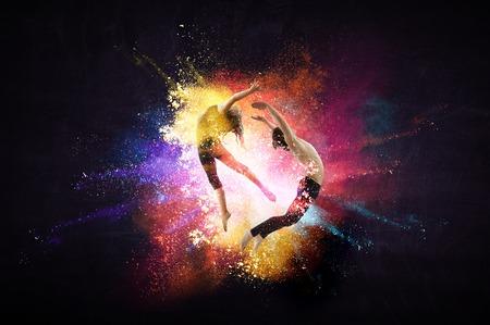 Jóvenes bailarines de ballet moderno en un salto. Técnica mixta