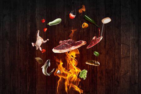 Ingrédients alimentaires volant autour du feu
