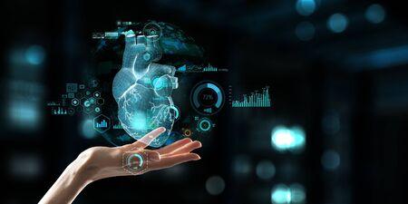 Mano de mujer mostrando modelo de corazón anatómico digital. Técnica mixta.