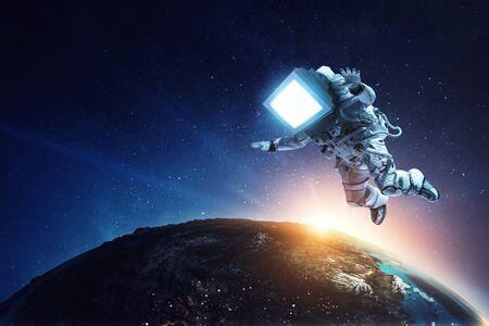 Astronauta z głową telewizora w kosmosie. Różne środki przekazu.