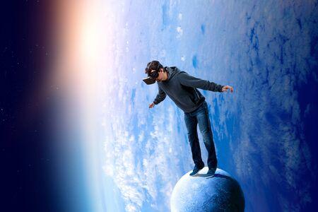 Esperienza di realtà virtuale, giovane con gli occhiali VR