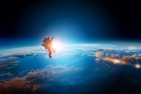 Astronauta y planeta, humano en concepto espacial
