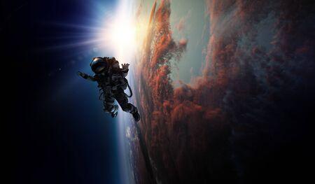 Astronaut in de ruimte op de baan van de planeet.