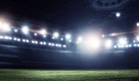 Arène de football de nuit dans les lumières se bouchent