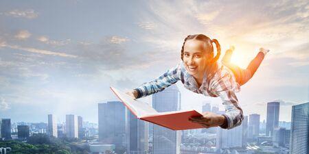 Jeune femme volant en deltaplane. Technique mixte Banque d'images