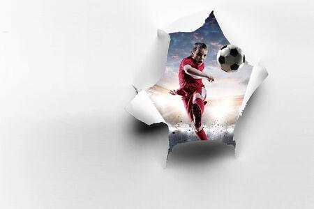 Papierzerrissener Locheffekt und ein Kind, das Fußball spielt. Gemischte Medien Standard-Bild