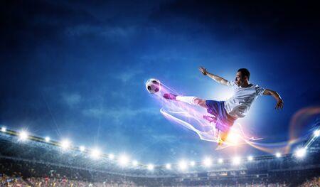 Jugador de fútbol en el estadio en acción. Técnica mixta